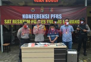Kapolres Tulang Bawang bersama Kabag Ops dan Kasat Reskrim saat menggelar konferensi pers ungkap kasus curanmor