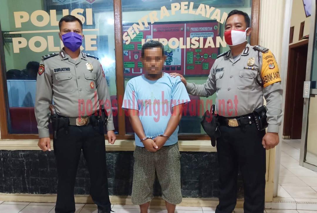 Pelaku pemalsuan surat berinisial AW (39) saat berada di Mapolsek Banjar Agung