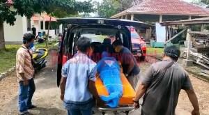 Jenazah korban Rohiman saat akan dimasukkan ke mobil ambulance