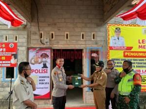 Kapolres Tulang Bawang AKBP Andy Siswantoro, SIK secara simbolis menerima sertifikat tanah hibah dari Camat Gedung Meneng Sudirman SH untuk Mako Polsek Gedung Meneng