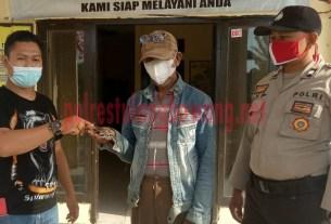 Tokoh masyarakat Kampung Andalas Cermin saat menyerahkan secara simbolis senpi rakitan jenis revolver di Mapolsek Rawa Pitu
