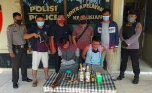 Para pelaku pembunuhan saat berada di Mapolsek Banjar Agung