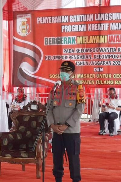Kapolres Tulang Bawang AKBP Andy Siswantoro, SIK saat memberikan kata sambutan pada acara penyerahan bantuan kepada 36 kelompok ekonomi kreatif di Kantor Kecamatan Banjar Margo