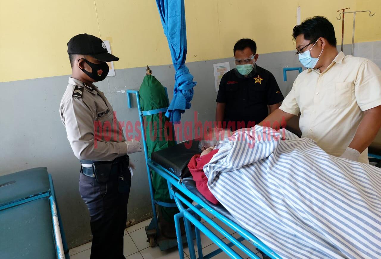 Petugas Polsek Dente Teladas mengecek langsung korban laka lantas tunggal yang berada di Medical PT.CPB