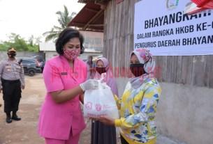 Ketua Bhayangkari Daerah Lampung Ny. Sarie Purwadi Arianto secara simbolis membagikan paket sembako kepada warga sambut HKGB Ke-68 tahun 2020