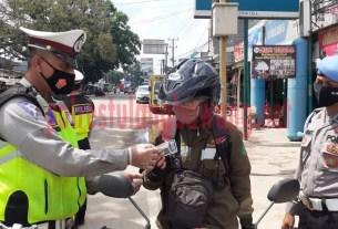 Personel Satlantas Polres Tulang Bawang berikan reward kepada pengendara di Jalintim, Pasar Unit 2 pada hari keempat Operasi Zebra Krakatau-2020