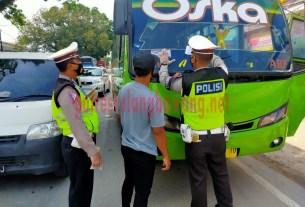 Personel Satlantas Polres Tulang Bawang sedang memasang stiker pada kendaraan bus saat menggelar Operasi Zebra Krakatau-2020 di Jalintim, Pasar Unit 2