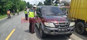 Personel Satlantas Polres Tulang Bawang saat melakukan penindakan terhadap pengendara yang melintas di Jalintim, Kampung Lebuh Dalem
