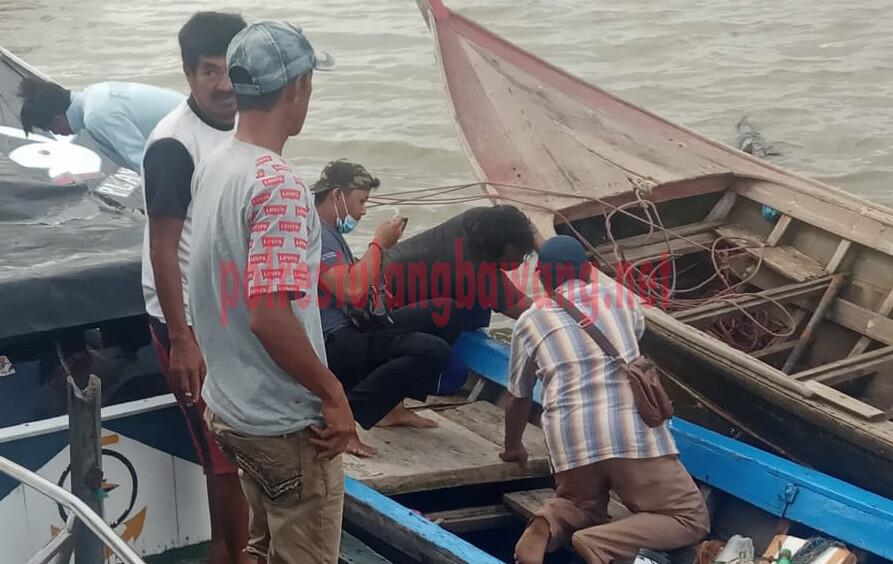 Petugas dari Polsek Dente Teladas sedang melakukan olah TKP di lokasi penemuan klotok milik korban di laut kuala teladas