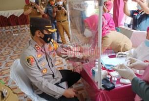 Kapolres Tulang Bawang AKBP Andy Siswantoro, SIK saat dilakukan pemeriksaan oleh petugas medis sebelum disuntik vaksin sinovac
