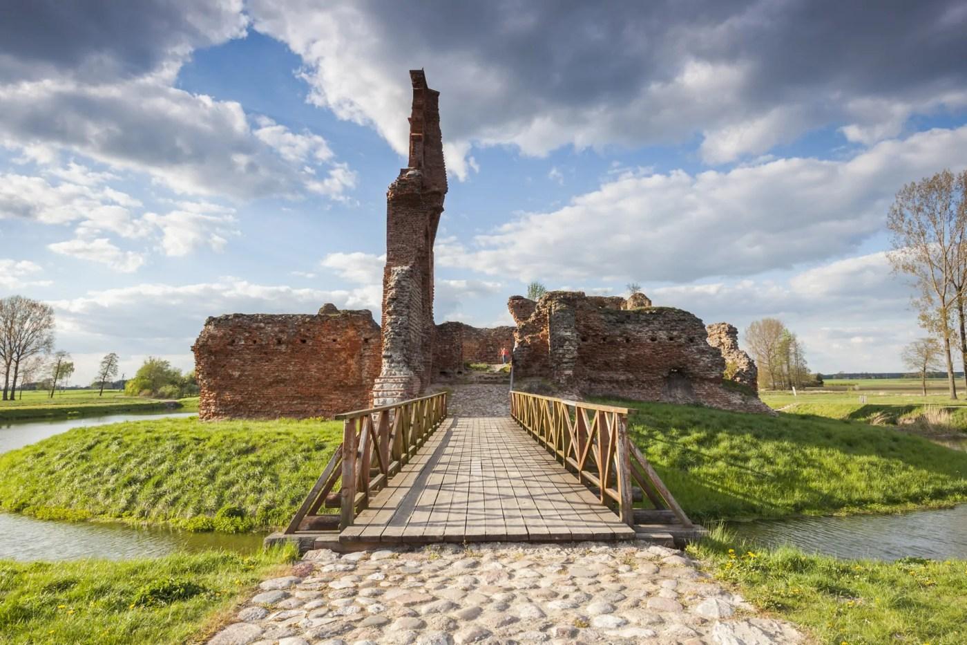 Zamek w Besiekierach – ruiny zbiałą damą na godziny