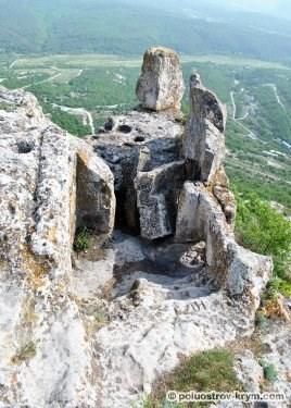 Пещера и камень на краю южного мыса. Автор фото Алексей Коппа