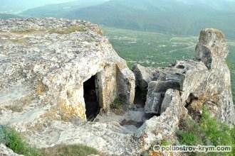 Камень и пещера на самом краю южного мыса. Автор фото Алексей Коппа