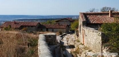 Главная улица пещерного города Чуфут-Кале. Крым. Фото Ольги Иутиной