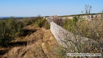 Восточная оборонительная стена. Пещерный город Чуфут-Кале. Крым. Фото Ольги Иутиной