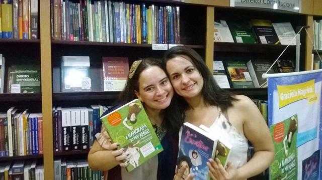 Eu e a fofíssima da Graciela, com todos os meus livros autografados *o*