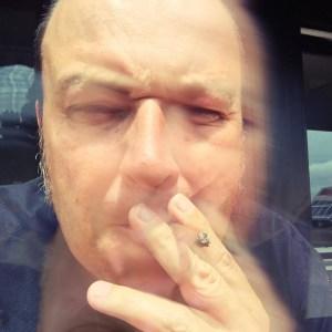 Label-Boss Johnny beim Rauchen.
