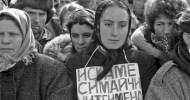 """Sofya'nın """"Osvobojdeniye"""" meydanı 1989'un 29 Aralık sabahı buz kesmişti. Kar tümseği altında kalmış Atlı Rus Çarı Heykeli' nin arkasındaki Parlamento binasının merdiven sahanlığında siyah paltolu, el örgüsü beyaz yün şallı […]"""
