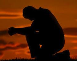 Mężczyzna modli się