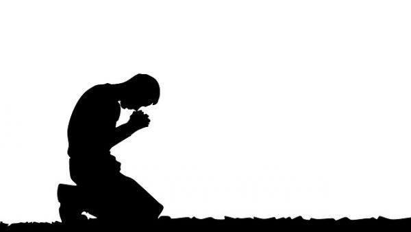 """Adam: """"Zatopiony"""" w modlitwie"""