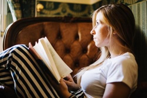 Kobieta czytająca biblię