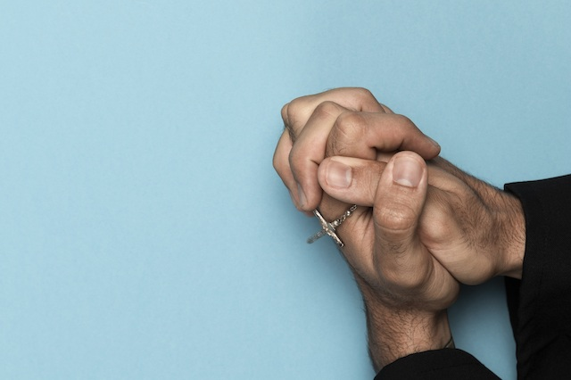 Ręce i różaniec w modlitwie