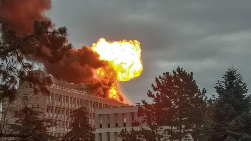 🇫🇷 Villeurbanne (69) : Violent incendie sur le toit de l'université Claude Bernard Lyon 1