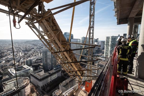 ?? Courbevoie (92) : Une nacelle menace de se décrocher d'une tour en construction