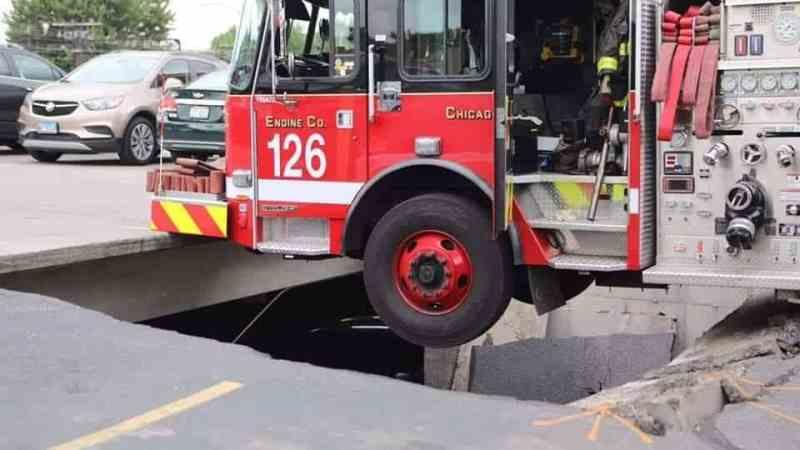 🇺🇸 Chicago : Un engin pompe suspendu au dessus du vide