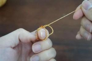 埼玉県所沢市のかぎ針編み教室pomponnerが教える動画レッスンで、輪の作り目を引き締める様子