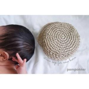 埼玉県所沢市の編み物教室pomponnerがかぎ針編みで編んだ麦わら帽子をニューボーンフォトで撮った写真