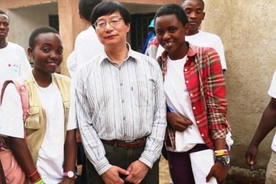 Moi (Nadia) et Laetitia, Enfants Reporters, aux côtés de SE Ushio lors de sa visite à Goma