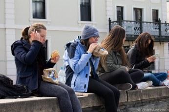 Tourist eat their Fergburgers along the lake front. © Violet Acevedo