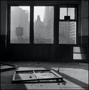 La destrucción del Bajo Manhattan de Danny Lyon   Museo ICO   'Vista hacia el sur desde el nº. 88 de la calle Gold' (1967)   © Danny Lyon / Magnum Photos