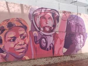Mural feminista de Ciudad Lineal | Madrid | Chimamanda Ngozi Adichie, Valentina Tereshkova y Angela Ivonne Davis | Foto Wikipedia