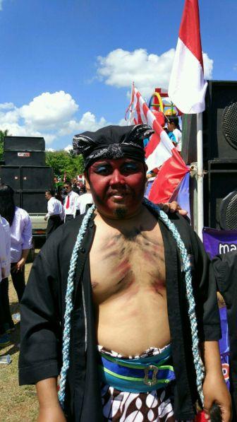 Aris Pak Suwar dengan Kostum Warog