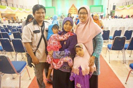 Foto Ibu Diyah Puspitarini beserta Keluarga