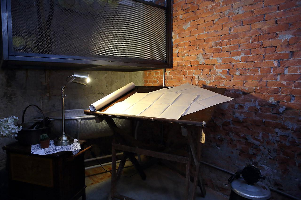地下室一角擺放著非常有氣氛的製圖桌