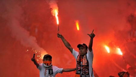 Dukung Persija Di Stadion Saat Laga berlangsung