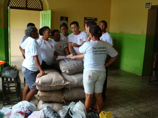 Agentes da Cáritas organizam a distribuição de cestas básicas