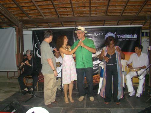 Encontro histórico: Chico Saldanha, Lena Machado, Luiz Mochel e Célia Maria reverenciam Vieira em gesto solidário. Foto: Ivo Segura