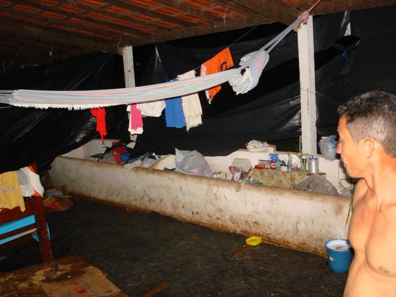 Famílias estão alojadas onde animais se alimentavam e defecavam. Foto: Acervo Cáritas Brasileira Regional Maranhão