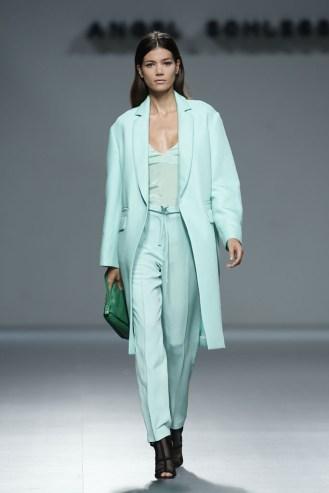 Look-con-pantalón-estilo-pijama-y-top-de-gasa-con-abrigo-con-solapas-todo-el-color-aguamarina-Ángel-Schlesser