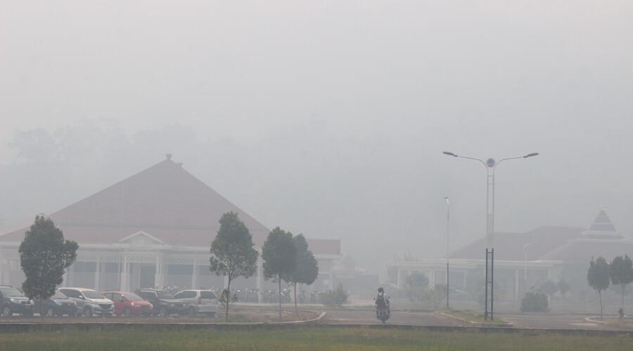 DISELIMUTI KABUT: Kondisi kabut asap ketika menyelimuti Istana Rakyat atau Pendopo Bupati Kayong Utara di saat pagi hari, kemarin (11/9). Kabut asap menyelimuti hampir seluruh kawasan di Kota Sukadana. DANANG PRASETYO/PONTIANAK POST