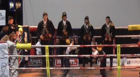 Χορός των μαχαιριών μέσα στο ring.. / video