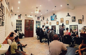 cutting dan shaving di doels barber and coffee shop