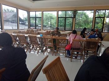 ruang makan rm charis indah bus sugeng rahayu golden express