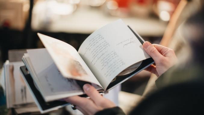 Personne ouvrant un livre