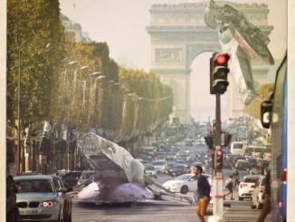 Une oeuvre de Laurent Pons avec des vaisseaux star wars sur l'arc de triomphe