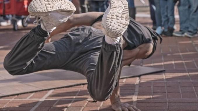 Un breackdancer executant un numéro dans la rue.